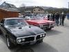 To fete Pontiacs: 1967 Firebird til venstre og 1969 Bonneville